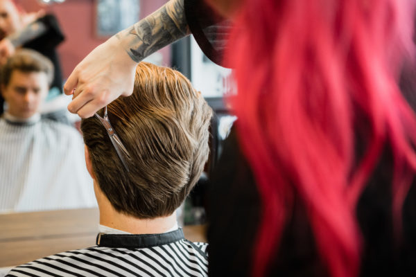 Vinkit miesten pidempien hiusten muotoiluun