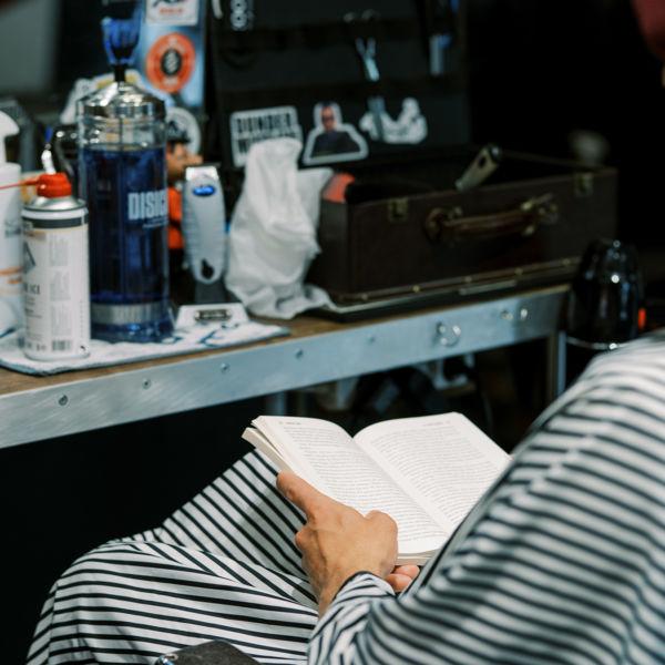 Omaa aikaa - parturin penkissä voi vaikka lukea